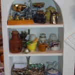 Jarrita de latón de Gema Minayo: Mayvi Miniaturas; frascos de porcelana de Viti López: El Rastrillo de Viti; garrafa de vino de Teresa Triviño: Trivi y sus cosas