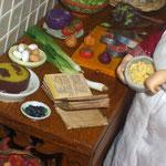 Tarta y cuenco con huevos de Gema Minayo: Mayvi miniaturas; platillo de moras de María Álvarez: Alondra Miniaturas; puerros de Mª Jesús Chaparro; libro de recetas de Olga Asensio: Chriser miniaturas