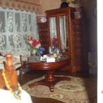 Mesa de centro y armario de JBM: Mundo Miniatura; sombrereras sobre el armario de Pilar Alen: Las Minis de Pilar