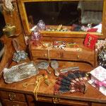 Brazaletes, anillos y collar de Cathaysa Cabrera: Marpe Miniaturas; abanico de Cristina y Jordi: Minicucadas; cajita de Terelo