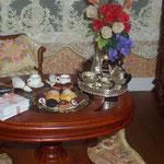 Pastelitos de chocolate de Meli Abellán; bollos de Montse Riqué; Juego de plata de Victor Pain: Simply Silver, ramo de violetas de Marini