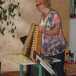 Frau Kreidenweiß stellt das Hackbrett vor