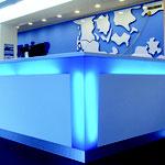 Überseehafen, TT-Line Abfertigungshalle: in die Tresenform eingearbeiter Firmenname (TT)