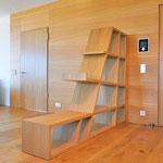 Privatwohnung: Raumteiler, welcher den Eingangs- vom Wohnbereich abtrennt