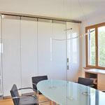 Privatwohnung:  Küchen-/Essbereich, Küche hinter Glassschiebeelementen