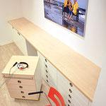Hörgerätezentrum Gabriele Jütz, Filiale: Anpassraum, eingepasstes Sideboard mit Rollcontainer als zusätzliche Ablage