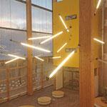 Grundschule und Gymnasium Reutershagen: Spielerische Beleuchtung für das Atrium