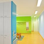 Arztpraxis - Wartebereich, Aufwertung des vorhandenen Mobiliars mit wenigen Mitteln