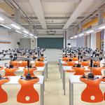 Gymnasium Reutershagen: Fachunterrichtsraum Physik mit Medienversorgung von der Decke für eine flexible Möblierung und Nutzung