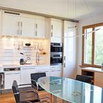 Privatwohnung: Küchen-/Essbereich, Küchenzeile, in der auf geringstem Raum alle erforderlichen Ausstattungselemente zu finden sind
