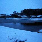 雪が降っていても、水を溜め続けます。微生物の活動で水温は温かいのでしょうか?