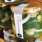 食べきれないキュウリや、トマト、ゴーヤなどは加工食品に変わります。写真は、天日で干したキュウリのピクルス