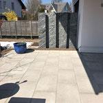 Granit-Stelen als Sicht- und Windschutz