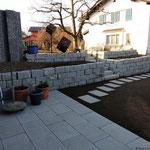 Die neue Trockenmauer verbindet die 2 Ebenen des Gartens.