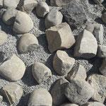 Steine? Nein, dass sind 'Katzenköpfe' (gespaltene Bollensteine)