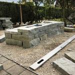 Die ersten Reihen der doppelhäuptigen Sandsteinmauer sind gesetzt.