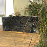Das Sandstein-Hochbeet ist fertig und bepflanzt. Der Juramergel eingebaut.