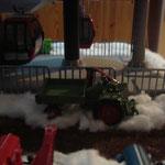 Traktor an der Bergstation im ersten Schnee