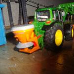 Unser Traktor beim Räumen des Parkplatzes