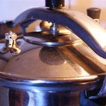 25 Minuten im Schnellkochtopf oder in einem normalen Topf so lange kochen lassen bis die Schale einiger Erbsen anfängt sich zu lösen.