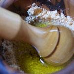 Sesam zerfeinern und Olivenöl hinzugeben.