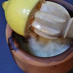 Zitronen so lange pressen bis man den Zitronensaft und das Zitronenfleisch entnohmen hat. Die Zitronenkerne werden ausgelöffelt.