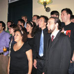 Wer das Stück kannte, stellte sich dazu und sang mit:Vivae Vocis Concentus, Vox Nova énekegyüttes und die King's Singers