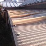 トタン屋根交換前。塩ビネットトタンが熱や紫外線でイカの干物状に反ってしまいました。