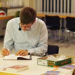 Der Autor signiert Bücher