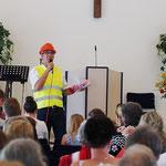 Pastor Thomas Wowros ruft die Kinder zur Kinderstunde