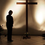 """Gebet am Kreuz nach dem Ablegen eines """"Schuldsteines"""""""