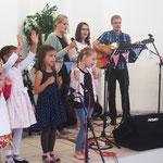 Die Band mit Unterstützung durch die Kinder