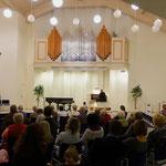 Im Saal des Adventhauses - die Orgel erstrahlt in neuem Glanz