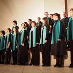 Der Chor nimmt den Applaus des Publikums entgegen