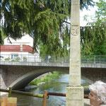 Diese Säule zeigt die Hochwasserstände an