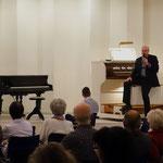 Kantor Steffen Walter erläutert die Arbeits- und Klangweise des Instruments