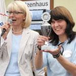 Fr. Dr. Volkamer und eine Mitarbeiterin des Hundehauses präsentieren den Pokal.