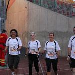 3 Nordic- Walkerinnen und 1 Nordic-Walkter beim Einlauf ins Stadion