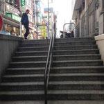 突き当りを右に階段がありますのでそちらに進みます