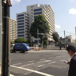 2つ目の信号(大久保スポーツプラザ)左前のマンションになります