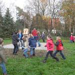 """Kindergruppe beim """"Greifvogelspiel"""""""