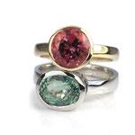 Zwei Ringe in Rosé- und Weißgold mit Turmalinen in rosa und grün