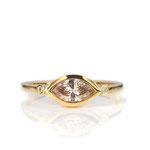 Edler Ring in Gelbgold 750/000 mit champagner-farbenem Diamant-Navette 0.47 ct.