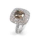 Wunderschön: Ring in Weißgold mit naturfarbenem Zwei-Karäter im Cushion-Schliff und weißen Brillanten