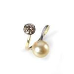 Ring in Gold und Platin mit naturfarbenem Brillant 0.79 ct. und goldfarbener Akoja-Zuchtperle