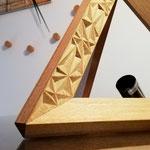Lampada da tavolo tetraedrica in robinia, decoro intagliato a punta di coltello