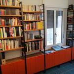Libreria in ferro, abete di recupero e sportelli in MDF smaltato