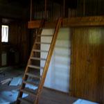 Scala e  ringhiera per soppalco; sotto, chiusura in rovere antico per armadio a muro.