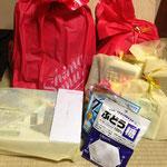 唯 我サンタからDVDポーダブル、友達コレクション、防寒コート、リラックマフェイスタオル・おかし、バスケットのDVD、お絵かきバック、プリキュアとトイストーリーのプレゼント!サンタのために飴も・・・家計の苦しいご家庭の子どもたちの願いに贈られました!サンタさん(人''▽`)ありがとう☆