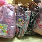 大内理子サンタから、キティちゃんルームウエア (イエロー)、キティちゃんルームウエア(マルチ) 、キティちゃん手鏡&ブラシ、キティちゃん敷きパッド、トートバッグ(ケアベア) 、トートバッグ(クマ)。希望するプレゼントが届かなかった女の子たちに贈りました!サンタさん(人''▽`)ありがとう☆